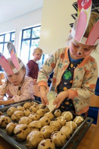 hot-cross-buns-decorating-A